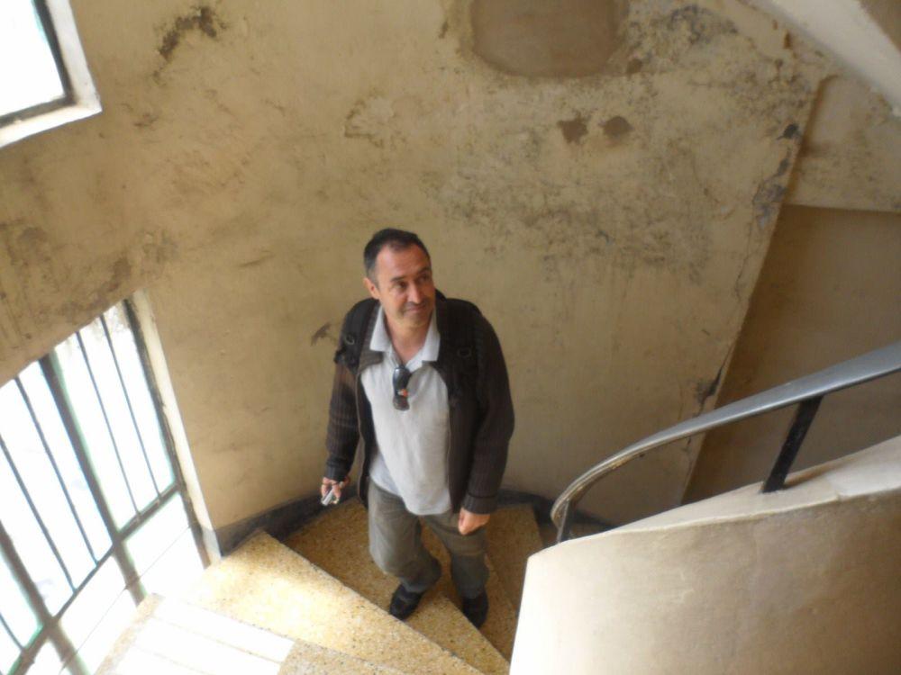 Dans l'escalier qui monte au dernier étage de l'immeuble de ma mère.